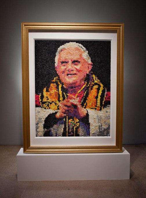 Paus Benedictus XVI afgebeeld met 17000 condooms